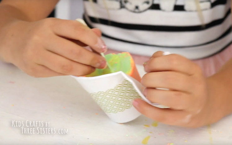 homemade-sidwewalk-chalk-paper-cup-popsicle-summer-craft